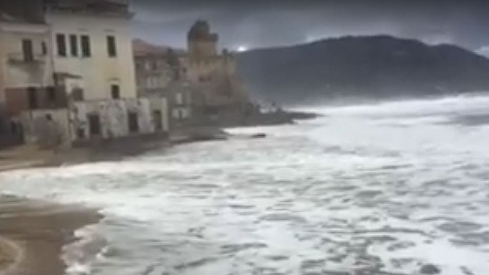 Travolto da un'onda mentre fa jogging sul lungomare in provincia di Salerno