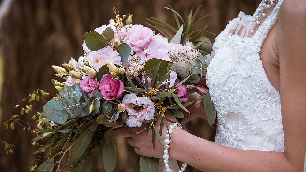 09032018 sposa con mazzo fiori