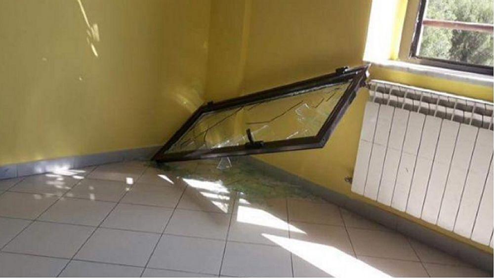 Paura a pisciotta crolla un 39 anta della finestra studentessa ferita cilento notizie - La finestra rotta ...