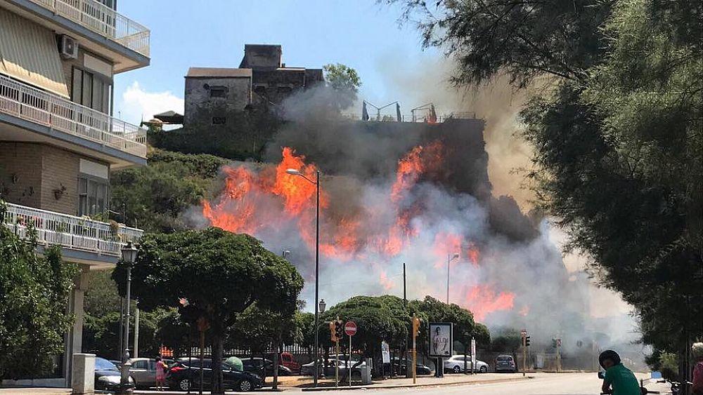 Fiamme nel cuore di Salerno: brucia Forte la Carnale